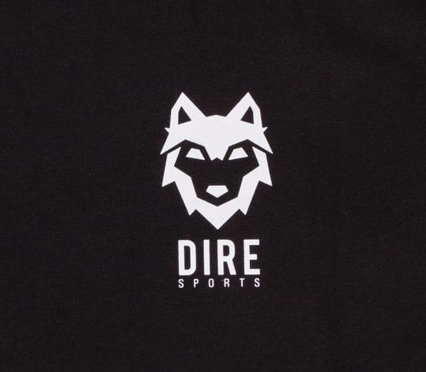Detail binnen label DIREsports witte DIRE T-shirts wit op zwart