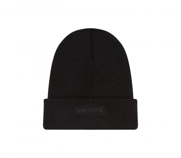 Zwart DIRE Bobhat Beanie 2 met in een zwart leatherlook DIREsports label als opdruk
