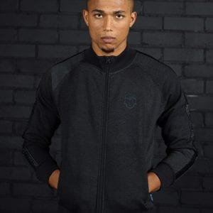Model draagt antraciet grijs of zwart DIRE Sweatvest met wovenband