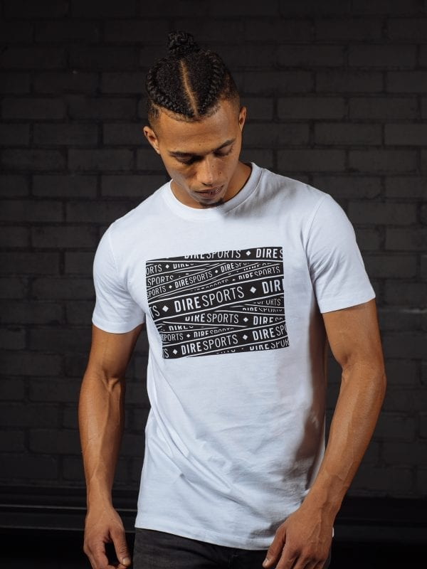 Model draagt een wit DIRE Block T-Shirt